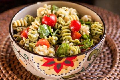 Arugula Pesto Pasta Salad – I via veggiechick.com I #vegetarian #vegan