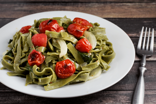 Spinach and Fennel Fettuccine w/ Roasted Tomatoes via veggiechick.com #pasta #vegan #vegetarian