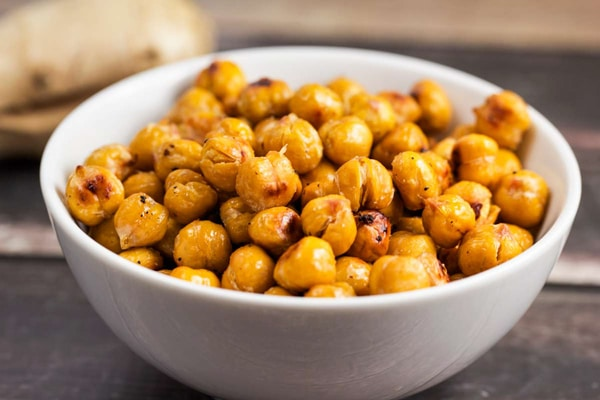 Simple Asian Roasted Chickpeas via veggiechick.com #vegan #snack