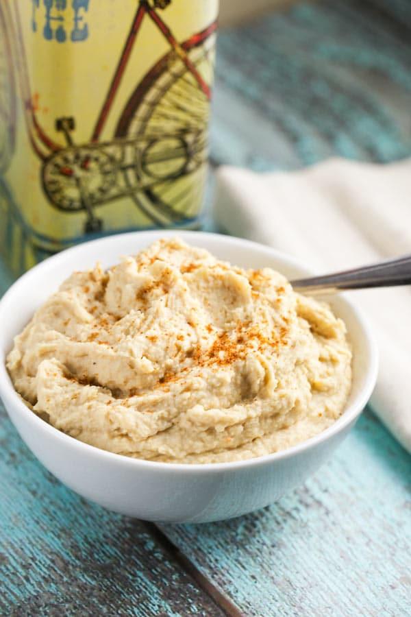 Creamy Roasted Garlic Hummus via veggiechick.com #vegan #glutenfree #socreamy