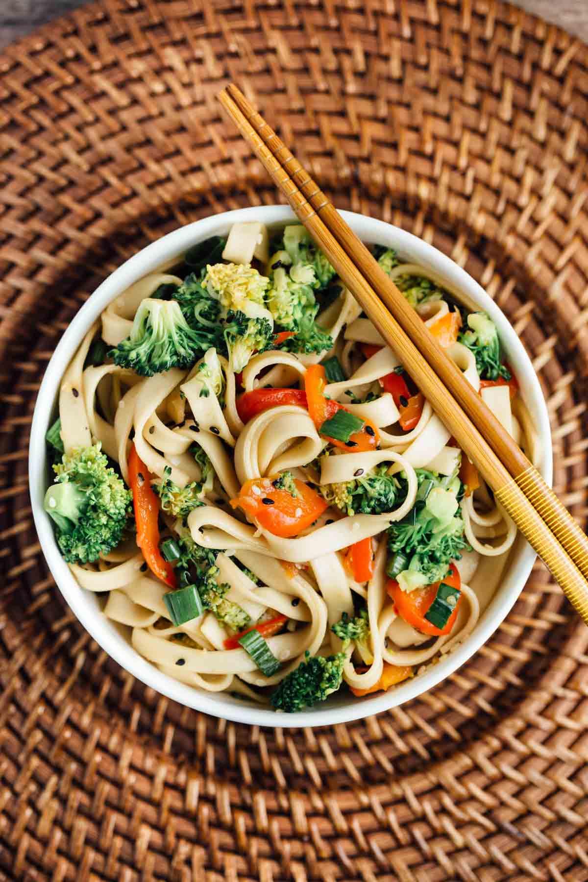 Sesame Broccoli Noodle Bowls | via veggiechick.com #vegan #easy