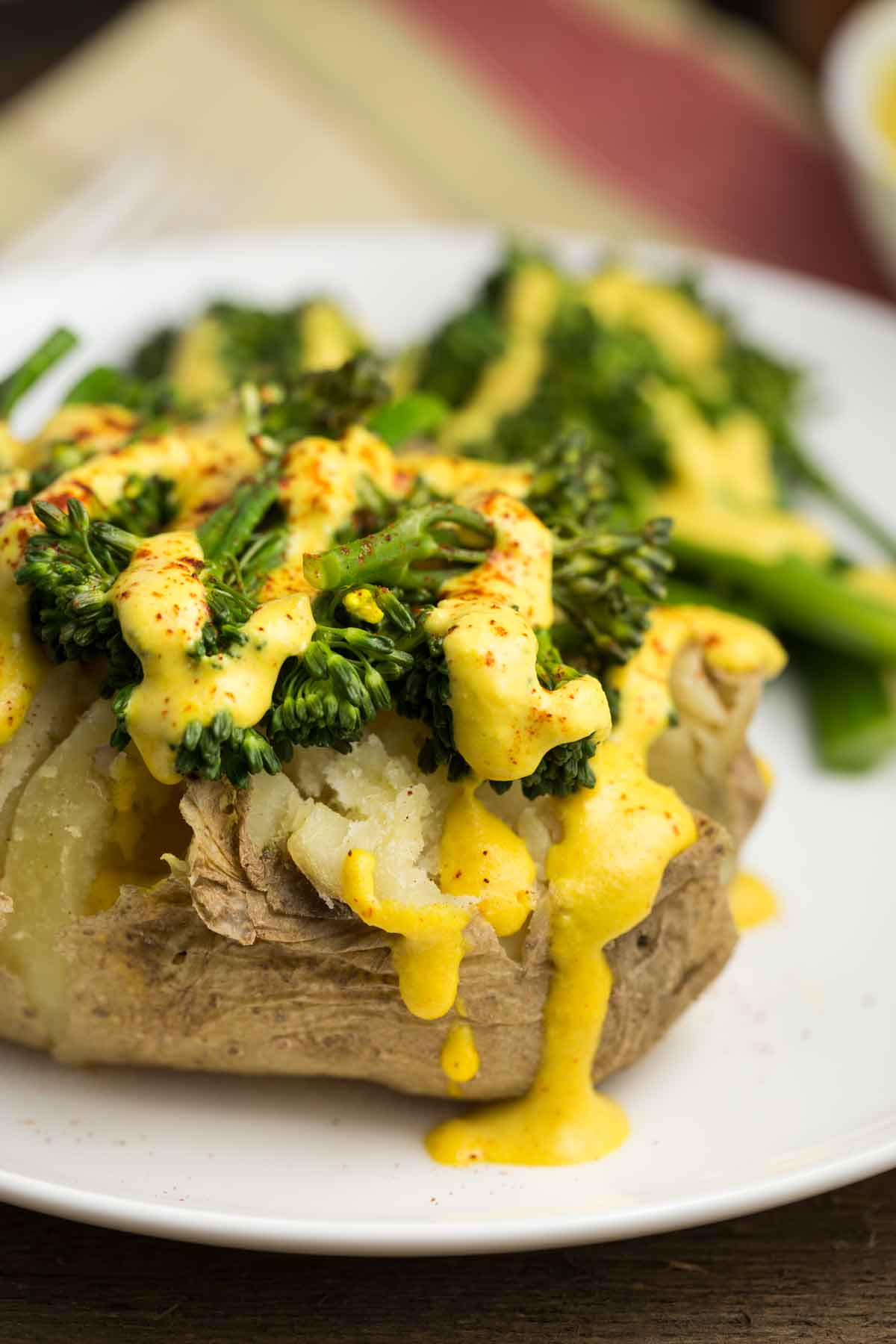 Spicy Baked Potato with Vegan Queso | via veggiechick.com #vegan #glutenfree