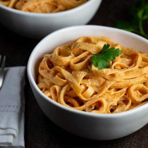 Sun-dried Tomato White Wine Alfredo Pasta | via veggiechick.com #oilfree #vegan